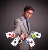 Ung man leker med poker kort och marker — Stockfoto