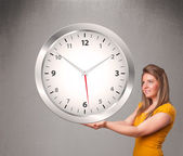 Attraente signora tiene un enorme orologio — Foto Stock