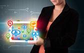 Dziewczyna prezentacji tabletki z kolorowe ikony społecznego i znaki — Zdjęcie stockowe