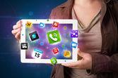 Pani trzyma tabletkę z nowoczesne kolorowe aplikacje i ikony — Zdjęcie stockowe