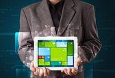 Homme d'affaires, tenant une tablette avec les logiciels modernes sy opérationnel — Photo