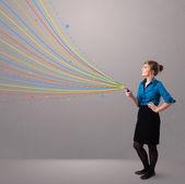 快乐的女孩手持电话用多彩的抽象线条 — 图库照片