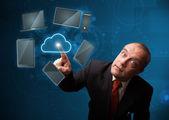 Empresário tocando o serviço de nuvem de alta tecnologia — Fotografia Stock
