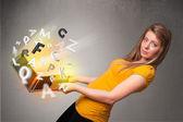Genç bayan hoolding defter ile soyut renkli harfler — Stok fotoğraf