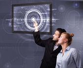Młoda para dotykając tabletki nowoczesnych technologii — Zdjęcie stockowe