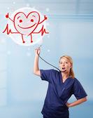 привлекательные доктор с счастливым красный, улыбаясь сердца — Стоковое фото