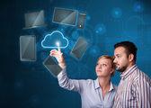 Szczęśliwa para dotykając usługa w chmurze — Zdjęcie stockowe