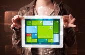 Bayan holding tablet ile modern yazılım işletim sistemi — Stok fotoğraf