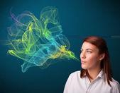 カラフルな煙とプリティ レディー喫煙タバコ — ストック写真