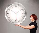 有吸引力女士持有巨大时钟 — 图库照片