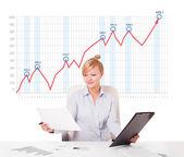 Giovane imprenditrice calcolo mercato azionario con aumento del grafico sono — Foto Stock