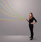 Feliz chica sosteniendo un teléfono con coloridas líneas abstractas — Foto de Stock