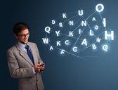 Ung man att skriva på smartphone med högteknologisk 3d bokstäver kommer — Stockfoto