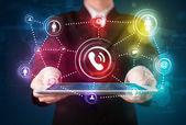 Homme d'affaires montrant la technologie de réseautage sociale avec l coloré — Photo