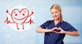 幸せな赤の心の笑顔と魅力的なドクター — ストック写真