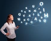 молодая женщина, набрав на смартфон с высокотехнологичных 3d буквами поправок — Стоковое фото
