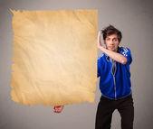 Молодой человек, представляя старой бумажной копией пространства — Стоковое фото