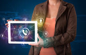 Žena ukazuje sociálních sítí technologií s barevnými světly — Stock fotografie
