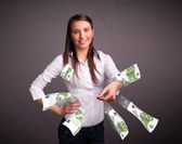 ładna kobieta stojąc i wyrzucanie pieniędzy — Zdjęcie stockowe