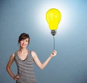 Bella dama sosteniendo un globo bombilla — Foto de Stock