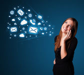 Junge dame telefongesprächs mit beitragssymbole — Stockfoto