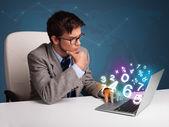 Przystojny mężczyzna siedzący przy biurku i pisania na laptopa z numerem 3d — Zdjęcie stockowe