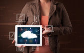 Woman showing hand drawn cloud computing — Stok fotoğraf