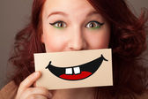 Gelukkig mooie vrouw met kaart met grappige smiley — Stockfoto