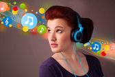Ung kvinna lyssna på musik med hörlurar — Stockfoto