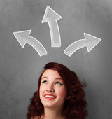 Mladá žena myslí s šipkami nad její hlavou — Stock fotografie