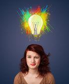 Genç kadın başının üstünde ampul ile düşünme — Stok fotoğraf