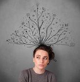 Mladá žena s spletité linie vycházející z její hlavy — Stock fotografie