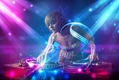 精力充沛的 dj 女孩与强大的灯光效果混合音乐 — 图库照片