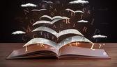 Σελίδες και λαμπερό επιστολές που φέρουν από ένα βιβλίο — Φωτογραφία Αρχείου