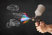 Hombre con aerógrafo pintura en aerosol con coche, barco y moto dibujar — Foto de Stock