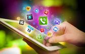 Mano tocca il tablet pc, il concetto di rete sociale — Foto Stock