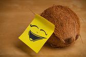 Post-it note com carinha sticked no coco — Foto Stock