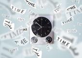 Zaman uçup ile saat ve saat kavramı — Stok fotoğraf