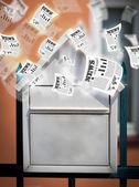 Poštovní schránka se noviny každodenní létání — Stock fotografie