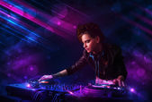 Joven dj tocando giradiscos con efectos de luz color — Foto de Stock