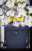 почтовый ящик с ежедневными газетами летать — Стоковое фото