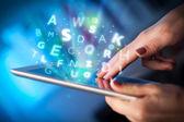 Vinger wijzen op tablet pc, brieven concept — Stockfoto