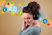 ヘッドフォンで音楽を聴く若い女性 — ストック写真