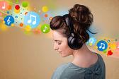 Giovane donna ascolta musica con le cuffie — Foto Stock