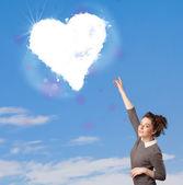 可爱的女孩看着蓝蓝的天空上的白心云 — 图库照片