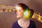 молодая женщина с наушники, слушать музыку — Стоковое фото