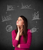 Jeune femme en pensée avec diagrammes de circulation autour de sa tête — Photo