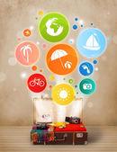 与多彩夏季图标和符号的手提箱 — 图库照片