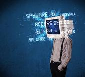 Surveiller la tête personne avec type de hacker de signes sur l'écran — Photo