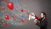 Młody chłopak, zabawy, krzycząc do megafon z balonów — Zdjęcie stockowe